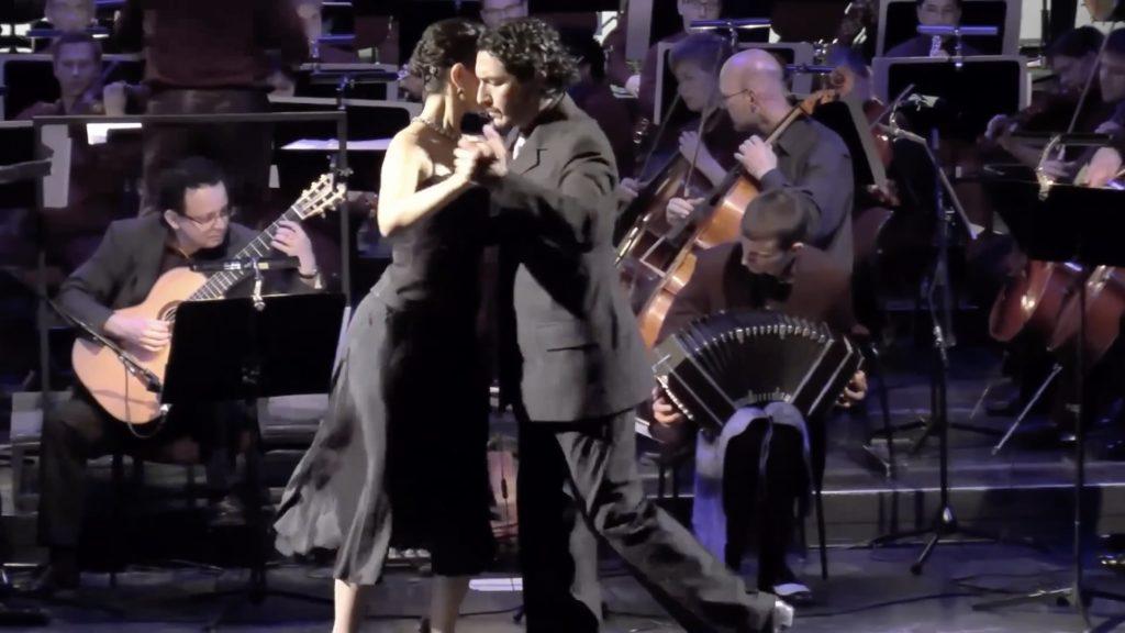 Con el Tango eine Urquiza Dokumentarfilm Scene Show mit Ester Duarte und Chiche Núñez mit Der Trier Philharmoniker Orchestra